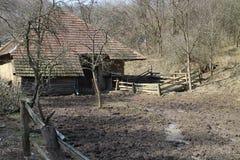 Старая ферма в гористых местностях около Myjava стоковая фотография