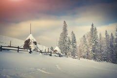 Старая ферма в прикарпатских горах зима утра солнечная Стоковое Изображение RF