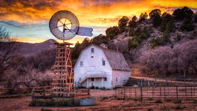 Старая ферма в скалистых горах стоковое фото rf