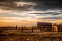 Старая ферма в стране стоковые изображения rf