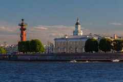 Старая фондовая биржа Санкт-Петербурга (также фондовая биржа) и Rostral столбец Стоковая Фотография RF