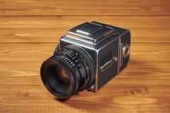 Старая фотография камеры на таблице Стоковое фото RF