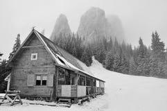 Старая хата на зиме стоковое изображение rf