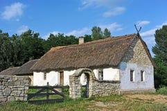 Старая хата с крышей соломы стоковое изображение rf