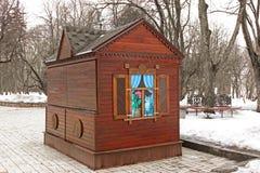 Старая хижина в парке зимы стоковые фотографии rf