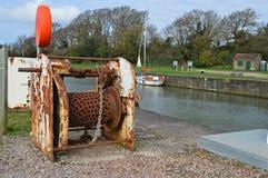 Старая цепная лебедка в гавани стоковая фотография rf