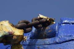 Старая цепь корабля сидит развязность на пляже Стоковое Изображение