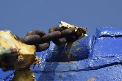 Старая цепь корабля сидит развязность на пляже Стоковые Фото