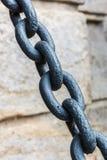 Старая цепь металла на старой предпосылке стены конец вверх чернота и wh Стоковые Фотографии RF