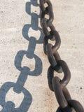 Старая цепь на стене на доках Стоковая Фотография