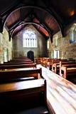 Старая церковь архитектуры с деревянными полом и стендами стоковая фотография