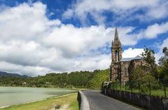 Старая церковь в деревне Furnas, лагуне Furnas, острове Азорских островах, Португалии Стоковая Фотография