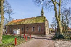 Старая церковь в улице в Oudeschans стоковая фотография rf