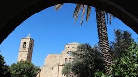 Старая церковь и сдобренный вход стоковое изображение rf
