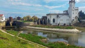 Старая церковь на берегах реки стоковая фотография rf
