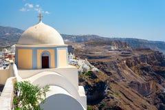Старая церковь на скале острова Santorini, Греции Стоковое Фото