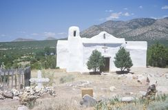 Старая церковь Пуэбло расположенная вдоль трассы 14 на пути к Мадриду Неш-Мексико Стоковое фото RF