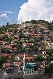 Старая часть жилого квартала на холме в голубом небе Стоковое Изображение RF