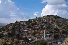 Старая часть жилого квартала на холме в голубом небе Стоковое Изображение