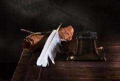 Старая чернильница, ручка пера и старая бумага с уплотнением Стоковые Фото