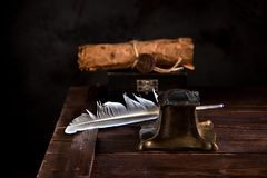Старая чернильница, ручка пера и старая бумага с уплотнением Стоковое Изображение RF