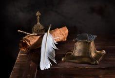 Старая чернильница, ручка пера и старая бумага Стоковые Изображения