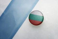 Старая шайба хоккея с национальным флагом Болгарии Стоковые Изображения