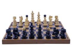 Старая шахматная доска с частями готовыми для того чтобы сыграть, изолированный Стоковые Изображения RF