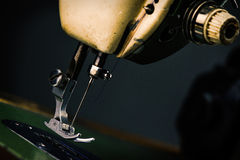 Старая швейная машина - фото макроса Стоковое фото RF