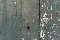 Старая шелушась краска на деревянных двери и отверстии для ключа Стоковое Фото
