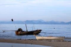 Старая шлюпка на веревочке на тихом море samui Таиланд острова припарковано стоковые изображения rf