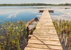 Старая шлюпка на озере Svitiaz Стоковая Фотография RF