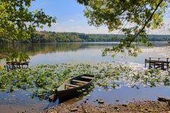 Старая шлюпка на тихом реке Стоковое Изображение RF