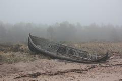 Старая шлюпка в тумане Стоковые Изображения RF