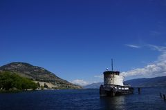 Старая шлюпка гужа причаленная на озере Okanagan стоковое изображение rf