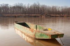 Старая шлюпка металла fishermans на реке Стоковое Фото
