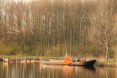 Старая шлюпка на водяном канале в Нидерландах Стоковые Фото