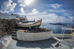 Старая шлюпка на острове Santorini, Греции Стоковое Фото