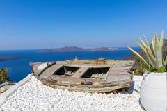 Старая шлюпка на острове Santorini, Греции Стоковое фото RF