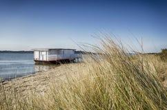 Старая шлюпка дома на пляже Стоковое Изображение RF