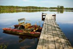 Старая шлюпка педали на озере Стоковое фото RF