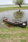 Старая шлюпка рыболова ждать быть использованным Стоковое Изображение