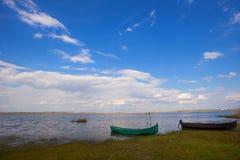 Старая шлюпка рыболова на небе amd пляжа голубом Стоковое фото RF
