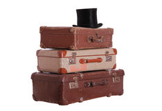 Старая шляпа na górze штабелированных чемоданов стоковая фотография rf