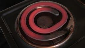 Старая электрическая плита поворачивает дальше, нагревает до максимальный и поворачивая красный цвет акции видеоматериалы