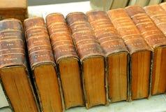 Старая энциклопедия Подержанные книги в bookstore, библиотека, блошинный стоковая фотография rf