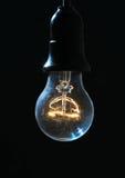Старая электрическая лампочка накаляя в темноте Стоковое Изображение