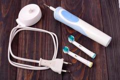 Старая электрическая зубная щетка на деревянной предпосылке Стоковые Изображения RF