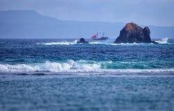 Старая 2-masted шхуна около утесов в море Индонезия, ба Стоковое Фото
