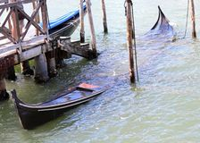старая sunken развалина гондолы в Венеции Стоковые Изображения